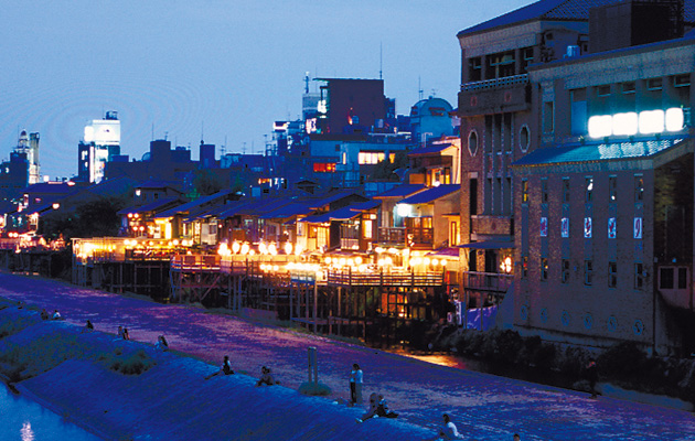 【Photograph】Scene of yuka decks beside the Kamo river during nightfall.